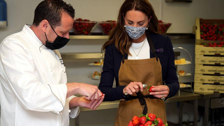 """Херцогиня Кейт се включи в приготвянето на ягодови десерти в една от кухните на """"Ол Ингланд Клъб""""  по време на посещението си в петия ден на """"Уимбълдън"""""""