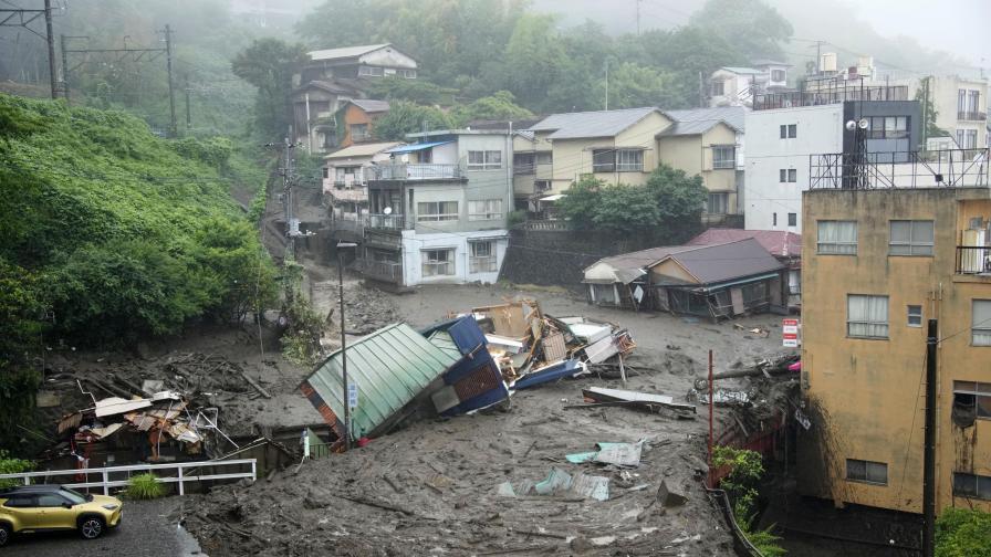 Мощно свлачище в Япония, хора в неизвестност