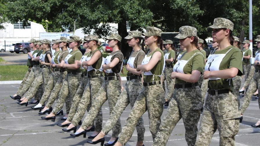 Сексистки скандал в Украйна: Трябва ли жените да маршируват на токчета
