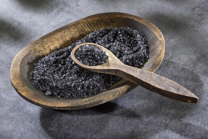 <p><strong>Сол</strong></p>  <p>Солта символизира земния елемент, и ако бъде използвана правилно може да предпази човек от проклятия, завист и всякакви негативни влияния. Използва се в много езотерични пречитващи риатуали и също е част от българксата популярна култура. Може би и вие самите сте хвърляли сол през рамото си. Има и няколко други начина, чрез които солта ни служи.<br /> &nbsp;</p>  <p>&nbsp;</p>