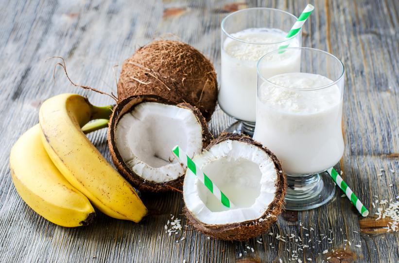 <p><strong>6. Банан</strong></p>  <p>Смесете 1/3 чаша кокосово мляко, две&nbsp;лъжици мед и един банан. Нанесете върху скалпа и засечете 20 минути. Погрижите се да изплакнете косата си обилно след това. Използвайте не по-често от веднъж седмично.</p>