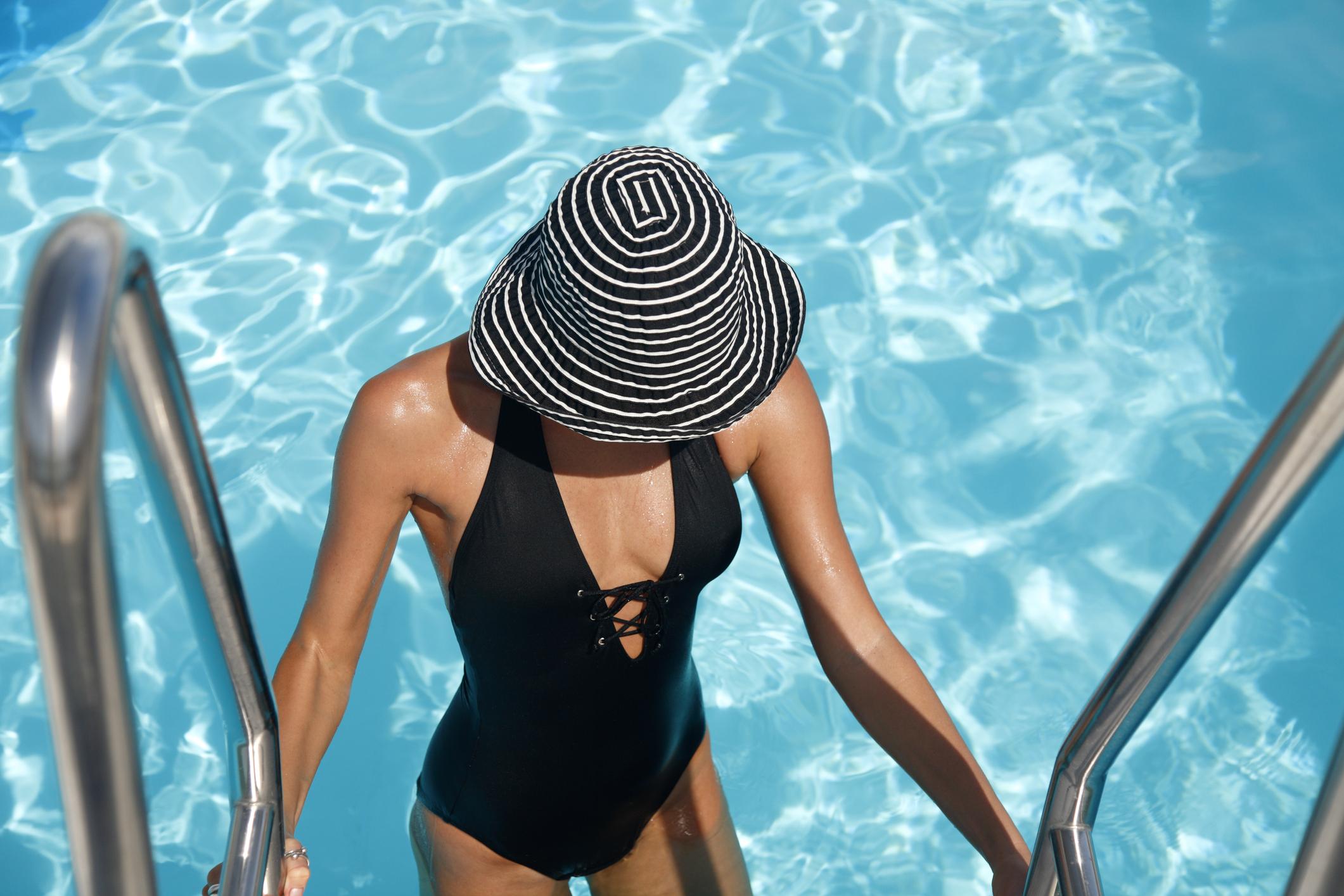 <p>Френските дами обичат да носят черен, цял бански, когато ходят на плаж. Разбира се, те обичат и бикините, но този стил е класическият.&nbsp;</p>