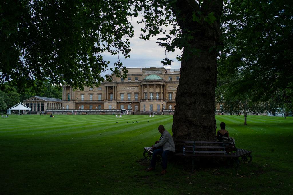 <p>Разходка в градините на Бъкингамския дворец</p>