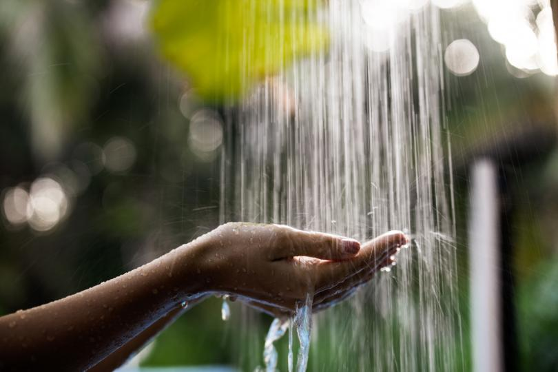<p><strong>Измиване с антибактериален сапун</strong></p>  <p>&nbsp;</p>  <p>Един от най-важните начини за предпазване от инфекции е редовното къпане с добър антибактериален сапун. Ако сте предразположени към акне в областта на дупето, първата стъпка е да започнете да измивате кожата сутрин и вечер. Това ще помогне да се отървете от мръсотията и бактериите, натрупани от потта.</p>  <p>&nbsp;</p>