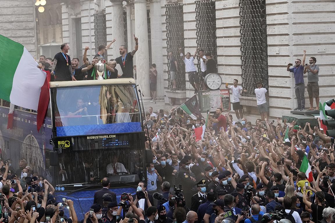 <p>Националният отбор на Италия с шампионския си парад в Рим.</p>