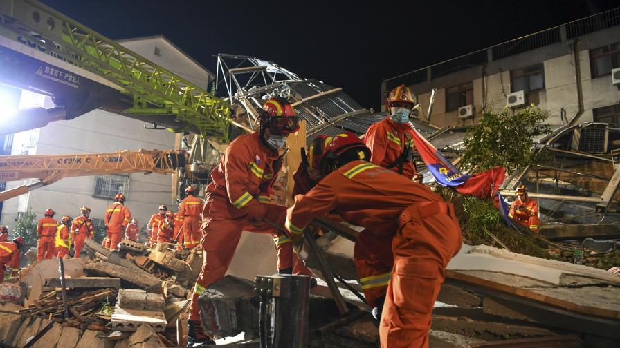 Хотел рухна в Китай, има жертви и ранени (ВИДЕО/СНИМКИ)