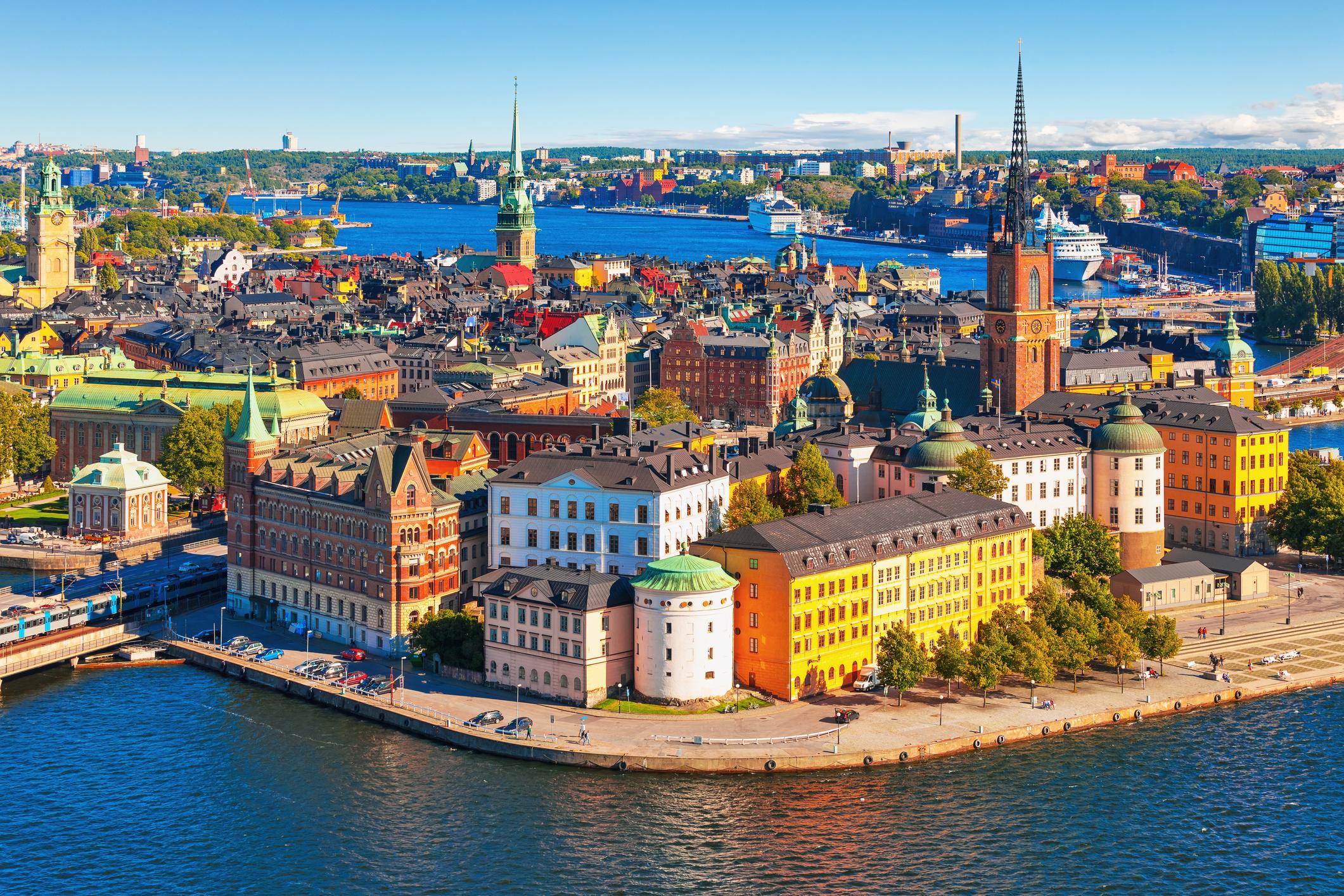 <p>Стокхолм, Швеция</p>  <p>Лятото в Швеция е прекрасно - не е прекалено горещо и всички оценяват почти 24-часовата дневна,&nbsp;слънчева светлина.&nbsp;Докато много жители напускат Стокхолм, за да почиват на своите летни къщи на островите, в града има и много фестивали, на които да се насладите. Освен множество музикални и културни фестивали, едно от най-уникалните събития е &quot;Фестивалът на раците&quot;, който се провежда на 8 август.</p>