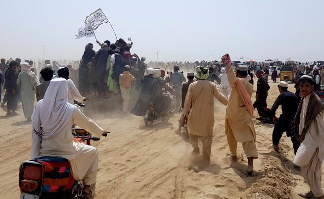 Афганистан: Знаме на талибаните е издигнато над граничен пункт на границата с Пакистан