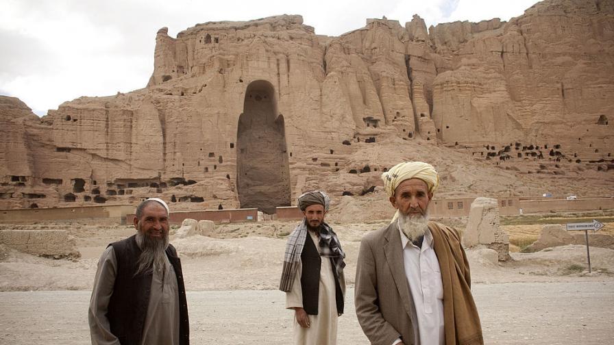Руините от мястото, където преди 20 години са били древните статуи на Буда (Бамиян, Афганистан)