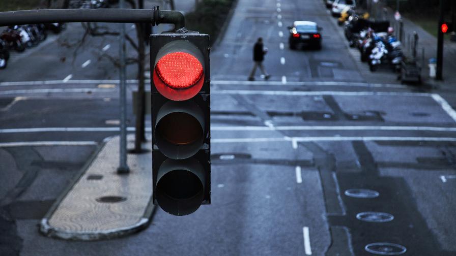 Отмъщение по женски: да минеш 49 пъти на червено с колата на бившия