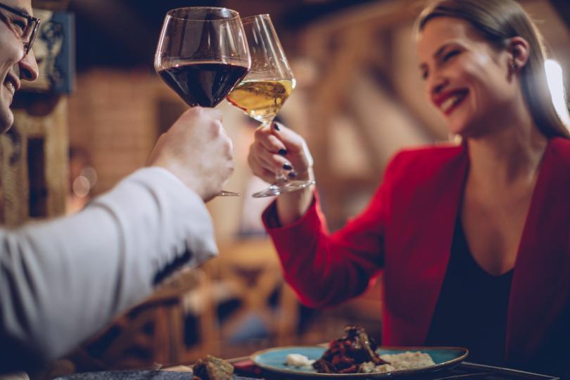 <p><strong>- Бил ли си наскоро в ресторант, който ти е харесал?</strong></p>  <p>Ако сте в ресторат и обсъждате менюто, храната, атмосферата, то би било лесно да го попиташ това. Така ще разбереш повече за неговите навици, колко често излиза и дали има специфични изисквания.</p>
