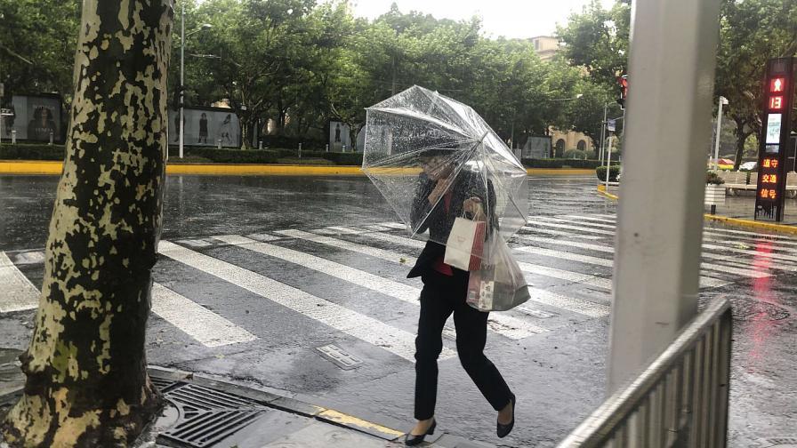 Тайфун с проливни дъждове потопи улици в района на Шанхай