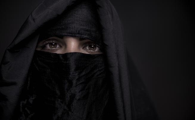 Мъж с коронавирус сложи никаб и се качи на самолет като жена