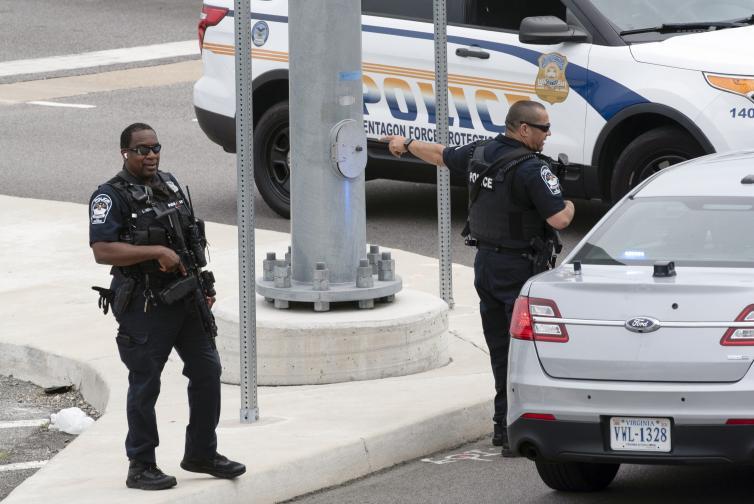Затвориха Пентагона заради стрелба в метростанция
