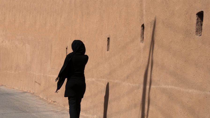 Мъж прегази жени в Иран - не били забулени