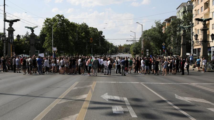 Протест, блокираха Орлов мост, искат оставките на Кацаров и Кунчев