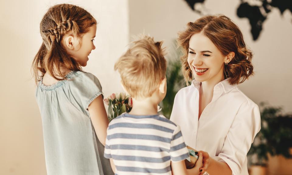 майка деца семейство цветя подарък възпитание