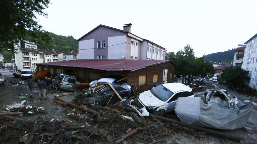 Тежки наводнения, жертви  и евакуация в Турция