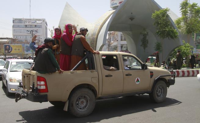 Талибаните навлязоха в Кабул, преговори в президентския дворец