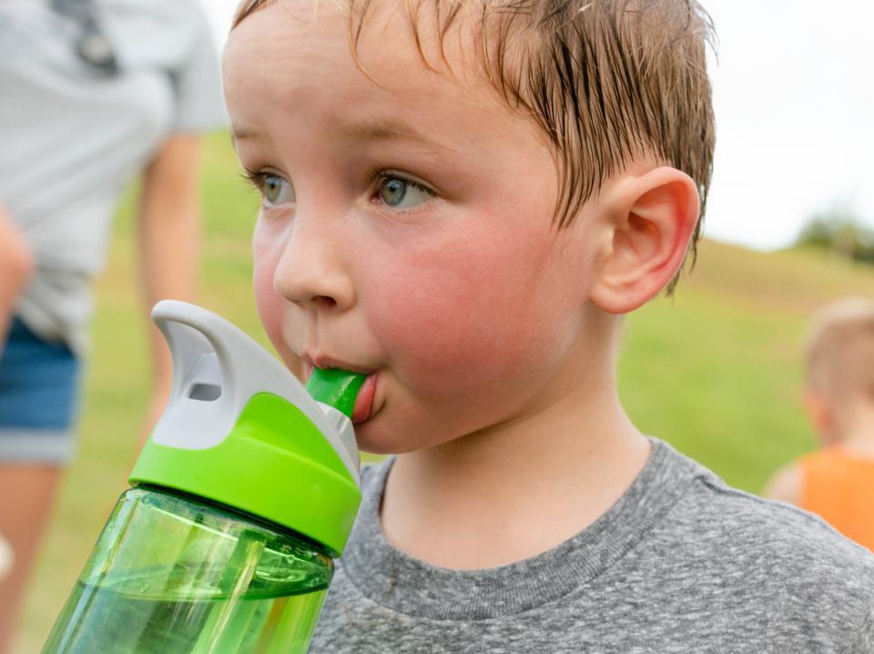 дете лято жега пот потене вода