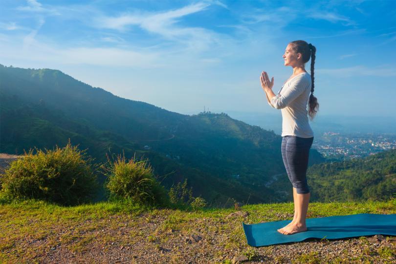 <p><strong>Поза планина (Тадасана)</strong></p>  <p>Застанете със събрани крака или на ширината на бедрата. Повдигнете се леко на пръсти, гърдите са отворени, стегнете мускулите на бедрата си, без да стягате долната част на корема. Докато натискате в краката си, усетете дължината на цялото тяло през короната на главата си. Задръжте за 15 секунди и повторете три пъти.</p>