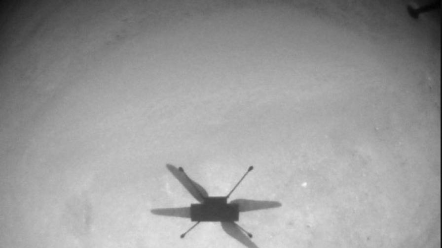 Хеликоптерът Ingenuity снима собствената си сянка по време на 13-тия полет