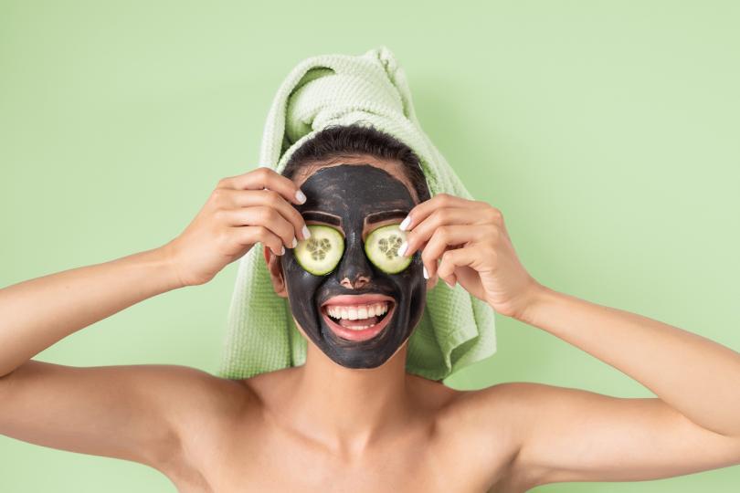 <p><strong>При акне</strong><br /> Не случайно, че&nbsp;активният въглен е често срещана съставка в козметика. Той успешно премахва причинителите на акне и почиства кожата от черни точки.&nbsp;</p>