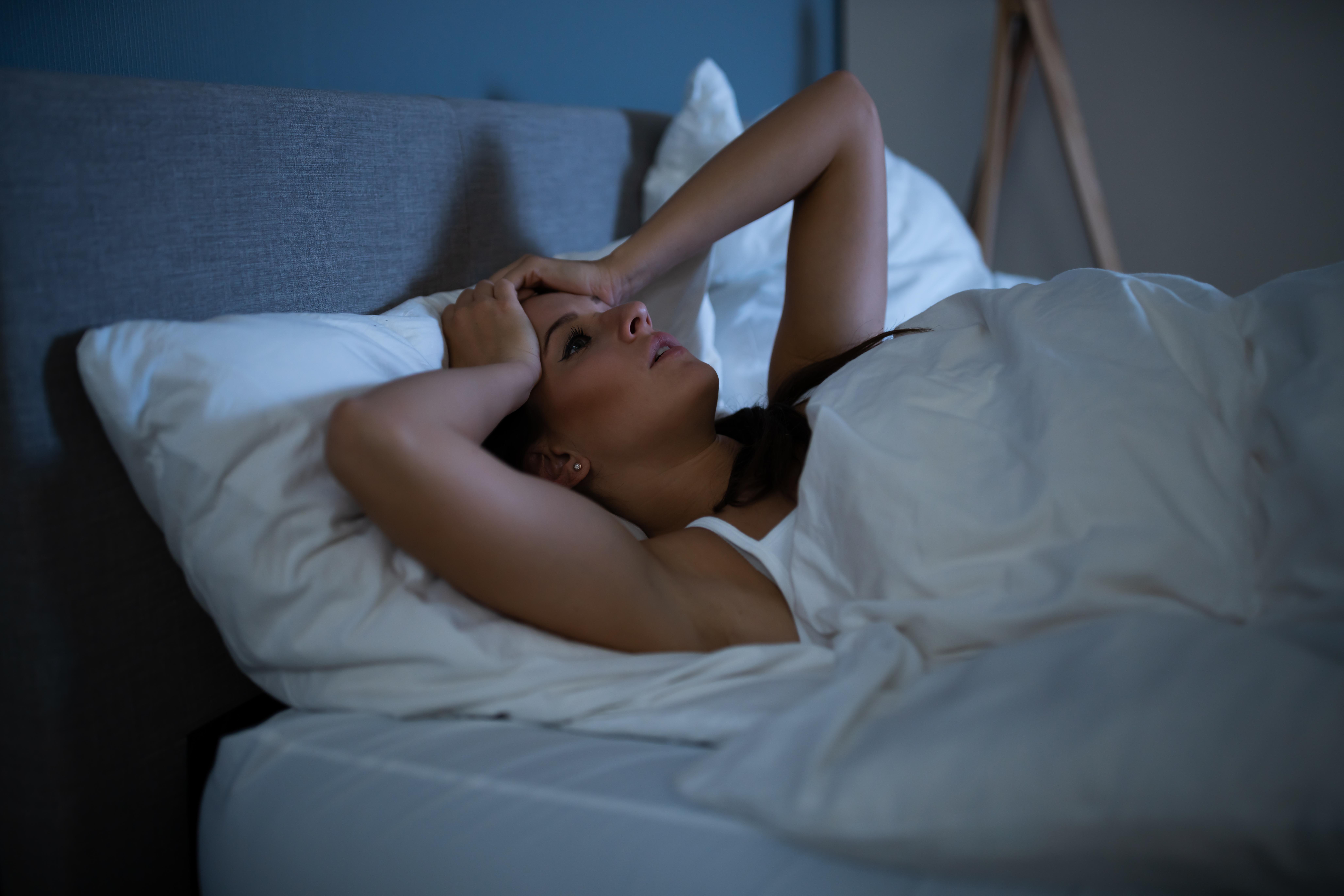 <p><strong>Упражненията вечер пречат на съня</strong><br /> Понякога сутрин не остава време за тренировки и наваксваме вечерта, а дали това оказва влияние на съня ни? Според специалистите, лека до умерена физическа активност около 60 до 90 минути преди лягане може да помогне за по-бързото заспиване и да подобри съня. Това означава, че практикуването на йога, разходките, упражненията с леки до умерени тежести, колоезденето и плуването са подходящи преди лягане, но е важно да не се прекалява. Добре е да се изчака и поне час преди лягане.&nbsp;</p>