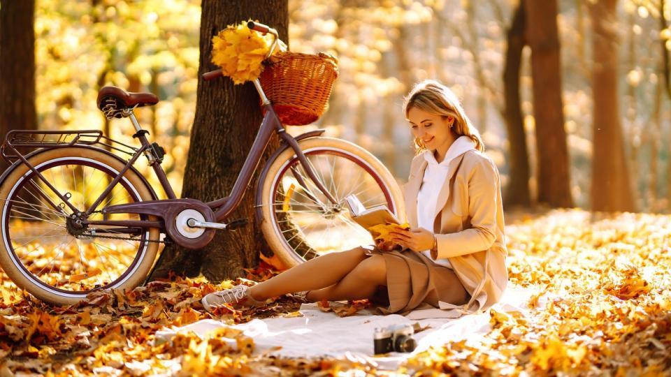 жена есен природа листа щастие усмивка хороскоп
