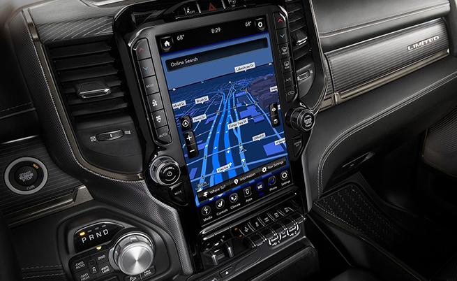 STOP & GO: Новата Uconnect 4C с 12-инчов сензорен екран е еталон в сегмента, като се предлага 360-градусов обзор от камерата.