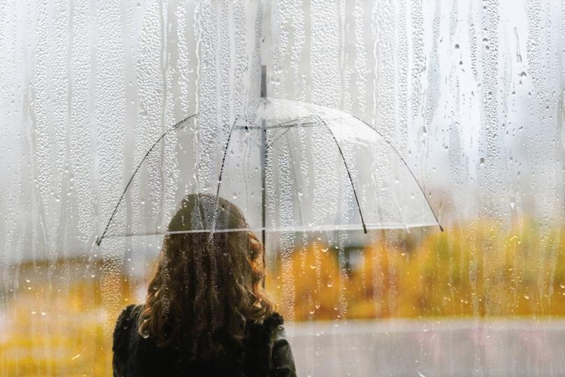 <p><strong>Промените във времето и как ни влияят те</strong></p>  <p><br /> Първото и най-очевидно въздействие е, когато времето се влоши, е да ни накара да се чувстваме зле или потиснати. Ако навън е студено и вали дъжд, едва ли ще се почувствате добре. Не са много хората, които обичат да се разхождат с чадър, да стъпват в локви локви и да замръзват. Ако времето се влоши, последствията&nbsp; обикновено са отслабване на енергията, загуба на тонус, загуба на желание за работа, развитие и движение.</p>