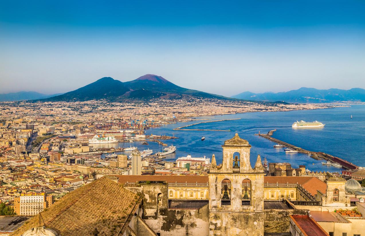 <p><strong>Неапол, Италия</strong>&nbsp;- Италианците казват, че Неапол е най-италианският град от всички. Той обаче винаги е бил опасен с голямото количество джебчии. Хора на тротинетки се появяват от нищото и хващат чантата или фотоапарата ви. Местните &bdquo;бизнесмени&ldquo; също са много хитри и могат да започнат да мият колата ви и след това да ви искат пари. Неапол е и много мръсен град.</p>