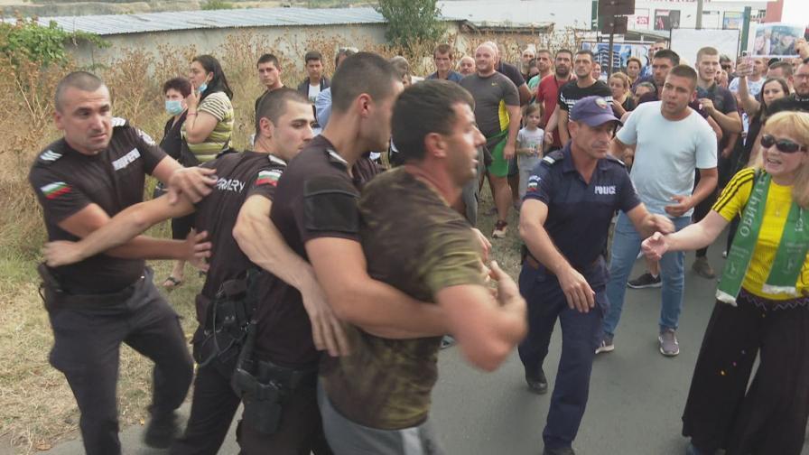 Сблъсъци с полицията на протест в Айтос...