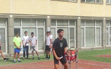 Адриан Андреев игра тенис с деца от 49 ОУ