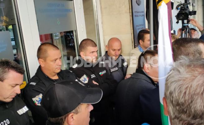 Демонстранти опитаха да нахлуят в Министерство на енергетиката