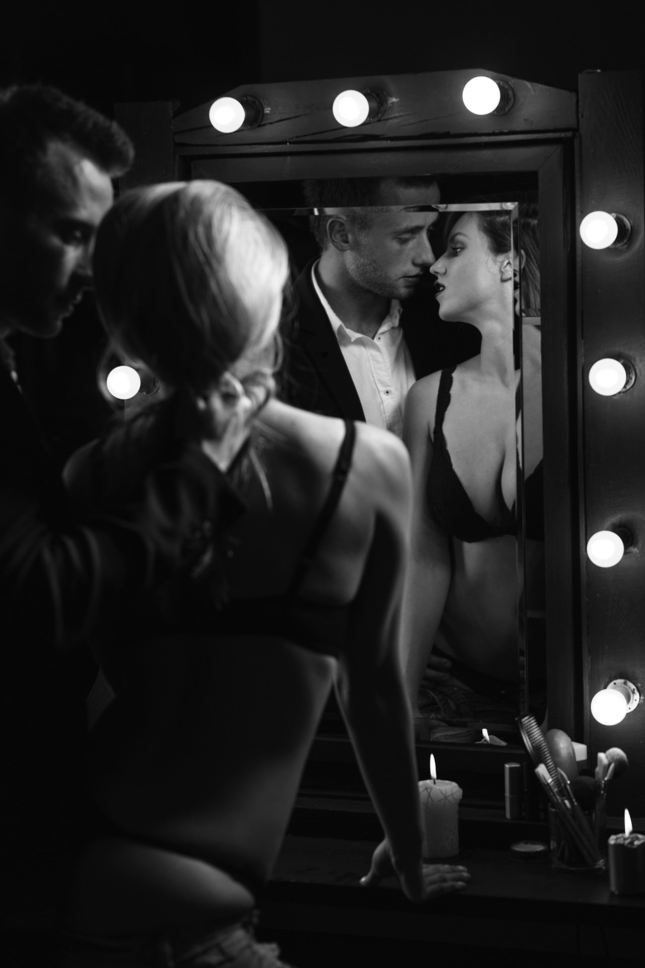 <p><strong>Близнаци</strong></p>  <p>Те са много самоуверени и обичат да се гледат в огледало, докато раздават и получават интимни ласки. Какво ще е най-хубаво за тях? Секс под огледален таван.</p>
