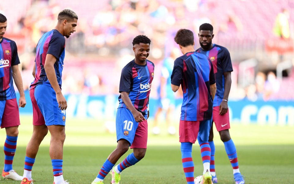 Отборите на Барселона и Леванте играят при