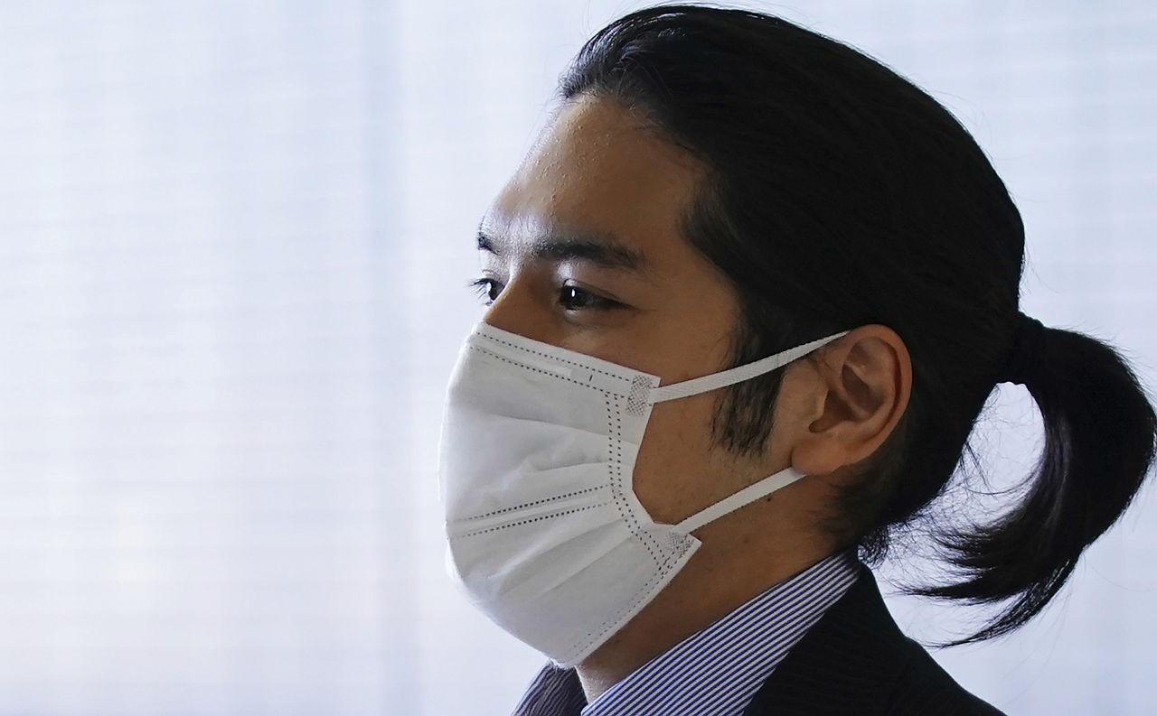 <p>Годеникът на принцеса Мако се върна в Япония за сватбата, която беше отлагана три години заради финансов спор, свързан с майка му.</p>