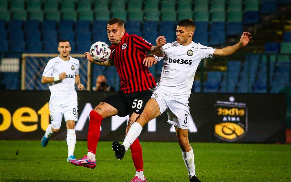 Локомотив София играе със Славия при резултат 1:0 в поредното