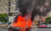 Кола избухна в пламъци насред пътя в столичния кв.
