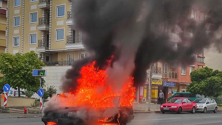 кола в пламъци