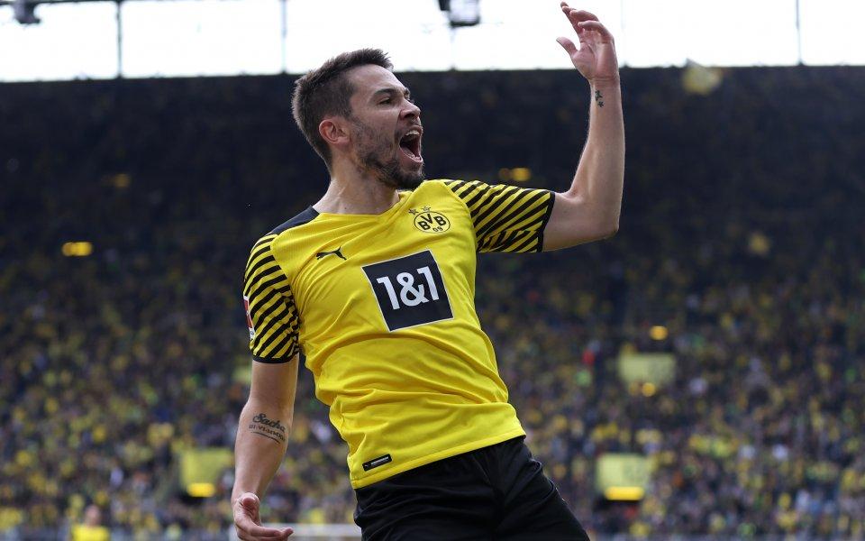 Дортмунд се залепи до лидера Байерн след победа над Аугсбург