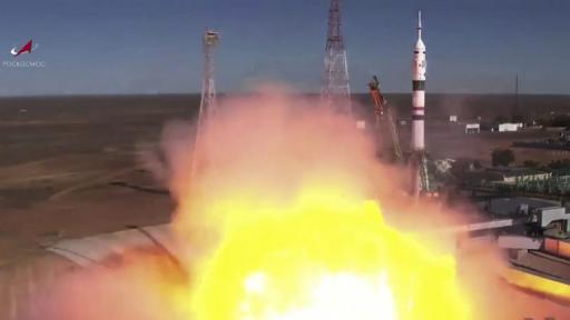 """Космическият кораб """"Союз МС"""" с първия в историята киноекипаж излезе в орбита"""