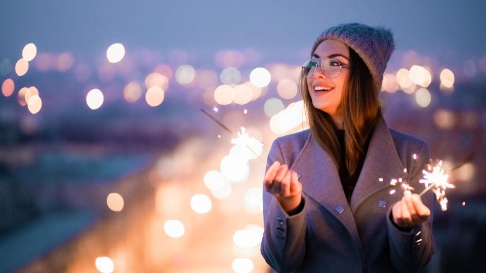 жена зима нова година празник бенгалски огън