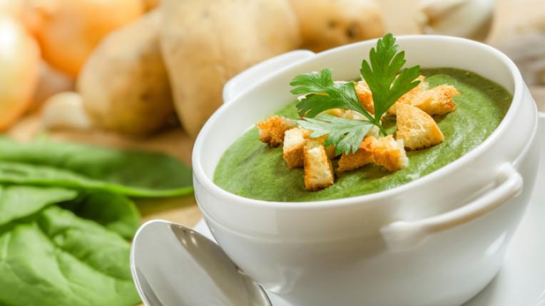 спаначена супа крутони