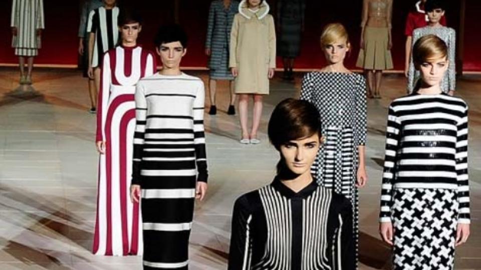 Американският дизайнер Марк Джейкъбс реши своята колекция за сезон пролет/лято 2013 именно в монохромни цветове