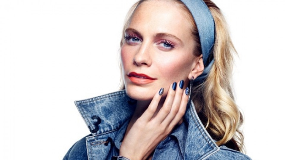 """Британският модел Попи Делевин (сестра на топмодела Кара Делевин) е рекламно лице на серията лакове """"Nail Inc"""" в цвят деним"""