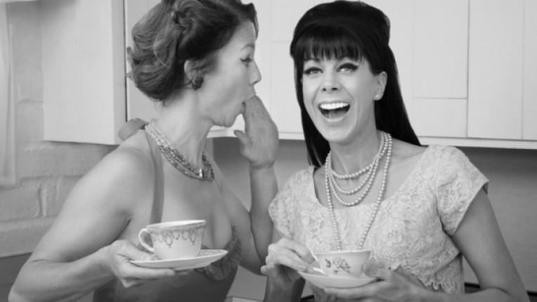 дами ретро кафе усмивка клюка черно бяло
