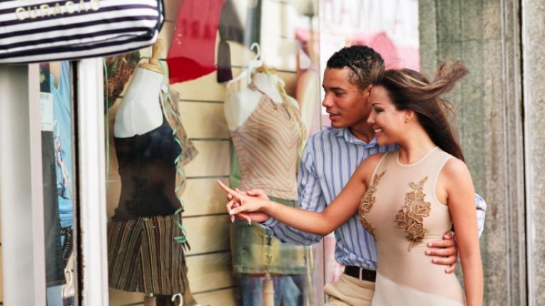 мъж жена дрехи пазаруване витрина