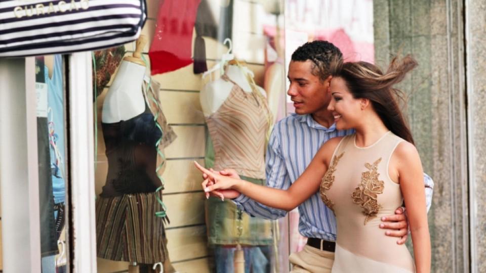 Мъжете избират дрехите на жените си